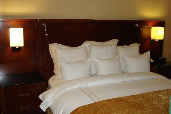 Bethesda North Marriott Hotel & Conference Center: King bed