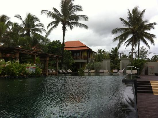 Chongfah Beach Resort: еще один вид на бассейн