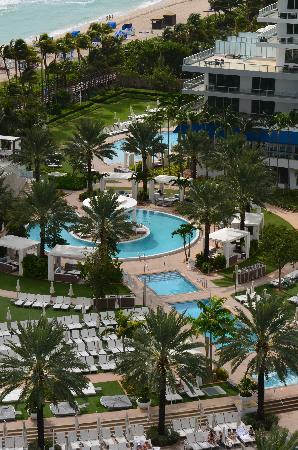 Fontainebleau Miami Beach: view of the pools