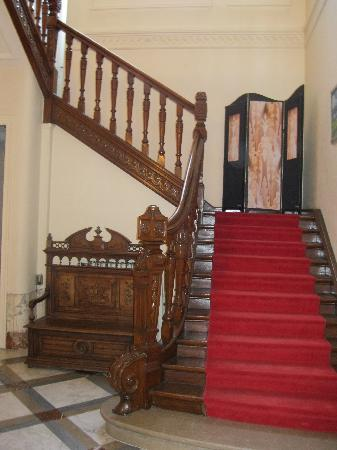 Au Paravent: The stairs to the bedrooms