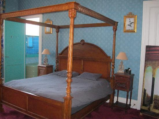 Au Paravent: The bed with bathroom in the background