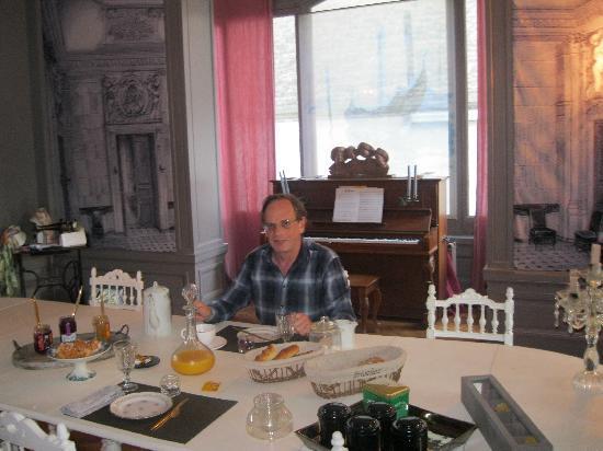 Au Paravent : The breakfast table