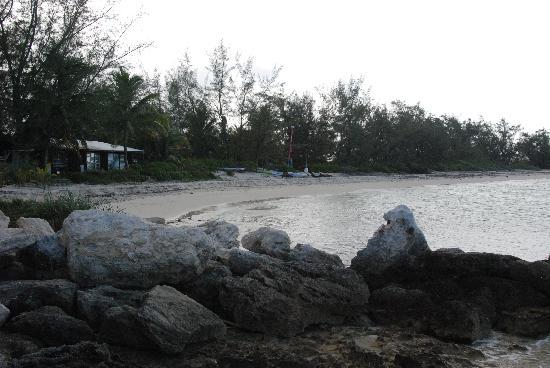 Small Hope Bay Lodge: Strand auf der linken Seite