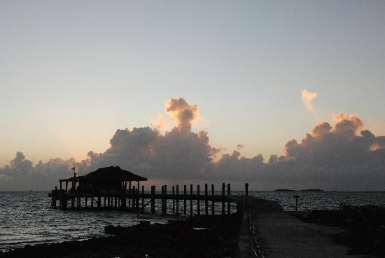 Small Hope Bay Lodge: Steg für die Boote und die Taucher im Sonnenuntergang