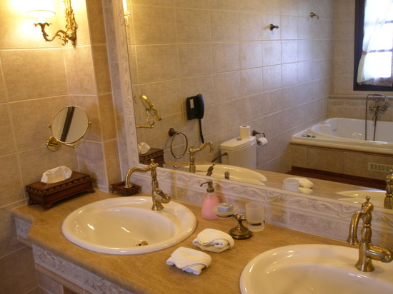 Estate Kalaitzis: Grande Suite Bathroom
