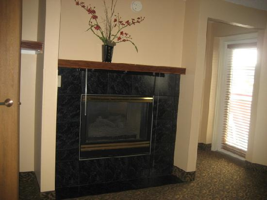BEST WESTERN Arrowhead Lodge & Suites: Double sided fireplace very nice