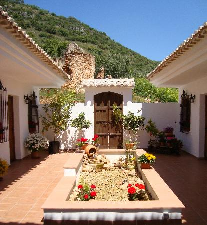 Brazos Abiertos Casa Rural: Our beatiful traditional courtyard with fountain