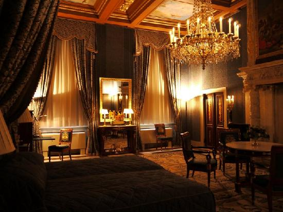 Paleis op de Dam (Königlicher Palast): One of the many beautifully decorated bedrooms
