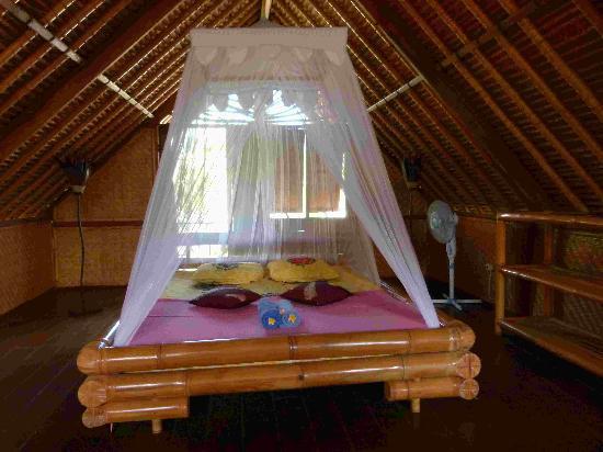 Balangan Sea View Bungalow: chambre à l'étage