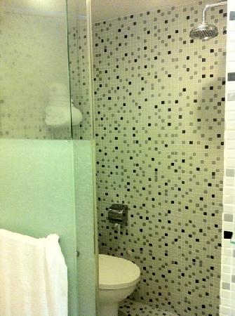 โรงแรม 1929: the combination shower toilet in room 302.  Different, but functional.