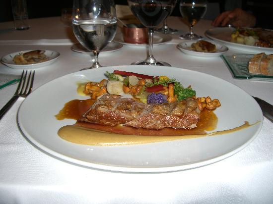 Hotel Restaurant Regis & Jacques Marcon : selle d'agneau cuite en croûte de foin
