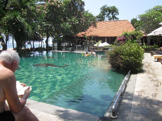 Besakih Beach Hotel: Pool looking towards restaurant
