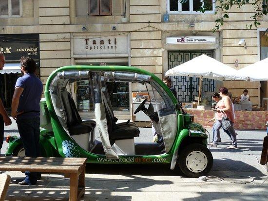 Kantina Cafe & Wine: direkt vorm Restaurant ist eine Elektro-Cab-Station