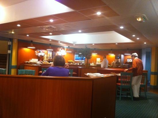 Ibis Montpellier Centre Comedie: salle à manger calme. pain frais. fruits pas très bons (kiwis infectes). salle propre.