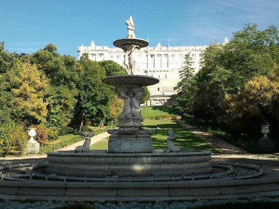Palacio Real de Madrid: fuente en el cvcampo del moro frente al palacio