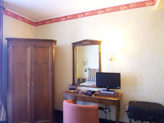 Hotel Benaco: Habitacion amplia y super limpia