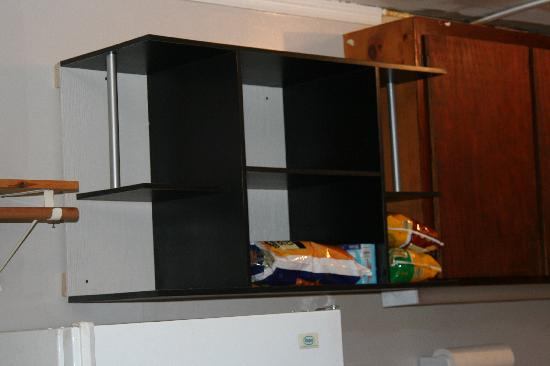 Summer Wind Inn & Suites: Their Idea of a cabinet
