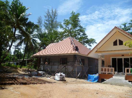 Ao Thong Beach Restaurant and Bungalow: new reception area being built