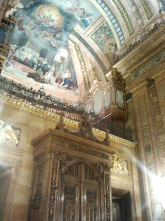 Real Basilica de San Francisco el Grande: puerta de entrada y organo