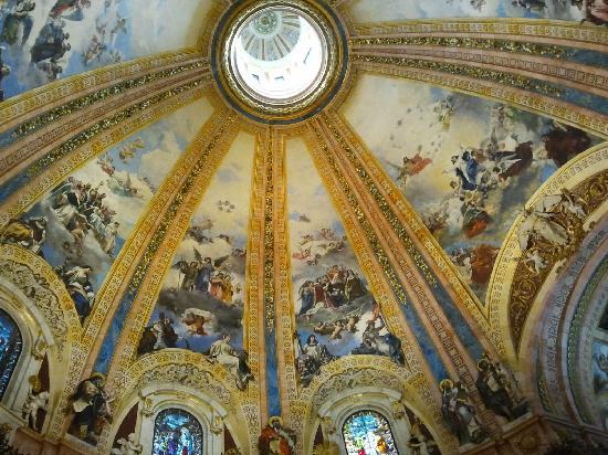 Real Basílica de San Francisco el Grande: imponente decoracion interior de la cupula