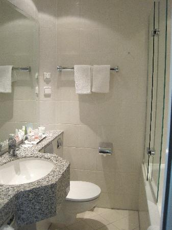 Four Points by Sheraton München Central: bathroom