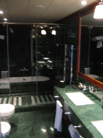 Hotel 1898: Bathroom
