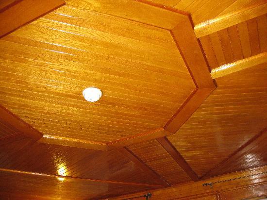 Oakwood Manor Bed and Breakfast: farmhouse lounge cedar ceiling