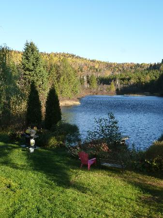 Gite la Mi-Temps : The lake behind the house