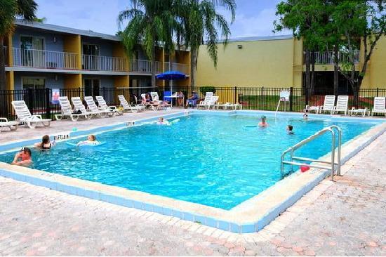 Celebration Suites: Pool