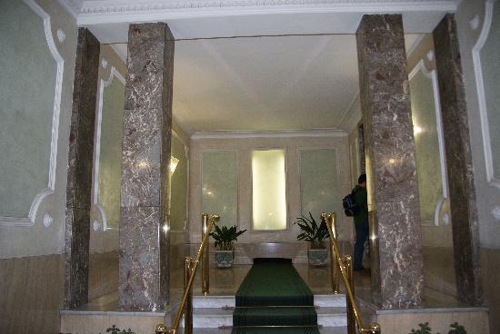 Sleeping Beauty Guesthouse: Entrada al edificio del hotel