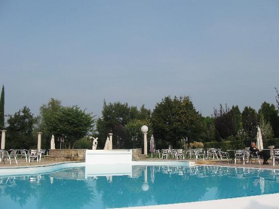 Green Park Villa Boschetti: Un grande parco verde con piscina Un paradiso a pochi Km.dal Lago di Garda