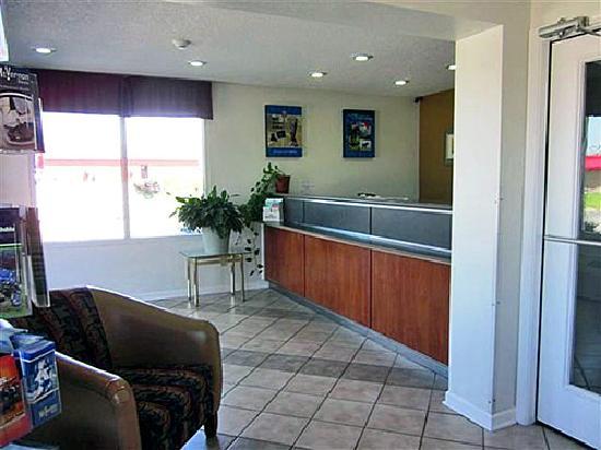 Motel 6 Mount Vernon: Lobby