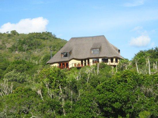Wunderschön fügt sich die Sebumo Tude Nature's Lounge in die Landschaft