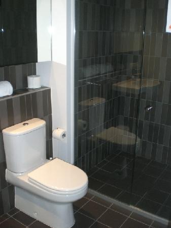 Punthill Dandenong: Toilet and shower
