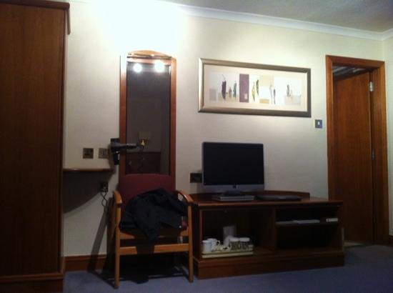 Mercure Edinburgh City - Princes Street Hotel: tv & closet