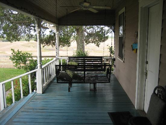 Murski Homestead B&B: lovely porch swings.... drink wine here!