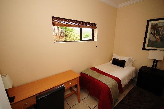 Amber Guest Lodge: 2e slaapkamer met 2 enkele bedden