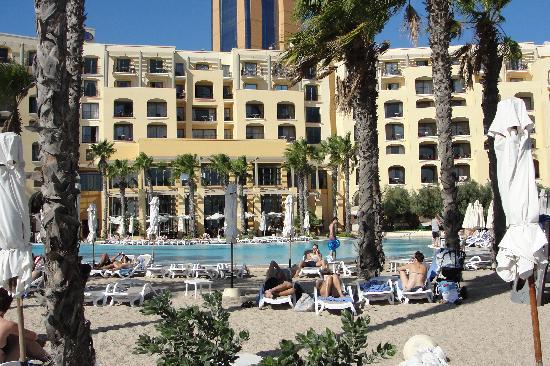 โรงแรมฮิลตันมอลท่า: View from Hilton's pool area back at hotel