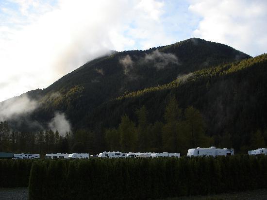 Sunshine Valley RV Resort & Cabins: Spectacular Mountains Surround the Site
