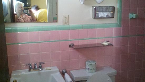 Vacationland Inn: Clean and beautiful bathroom.