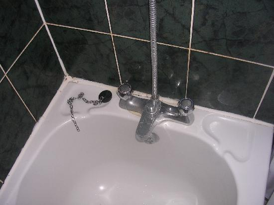 The Cumberland Hotel: Bathroom 2