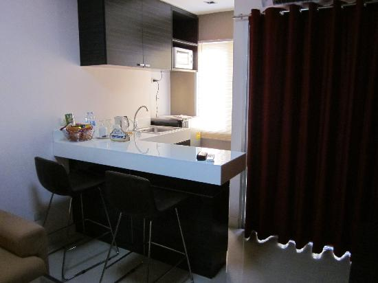 Sarasinee All Suites: Small kitchenette in living area