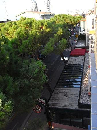 Hotel Regina: Looking along street from room