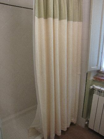 Podere La Strega: Shower with a drape. Strange.