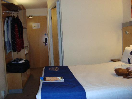 Holiday Inn Express Glasgow City Centre - Theatreland: Standard room (apologies for my mag and bag!)