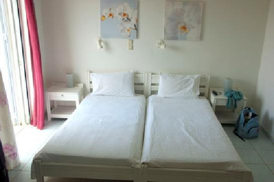 Villa Fleria Seaside Studios & Apts: Twin beds, room 2