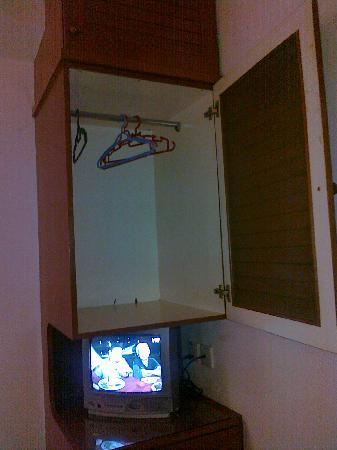 Pantai Inn: Clothes cabinet