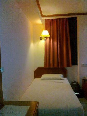 Pantai Inn: Room 103 (Twin Room) - bed near the door