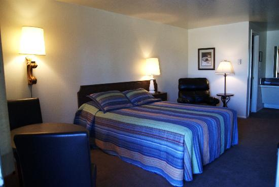 Rankin Motel: Motel Room with Queen Size Bed