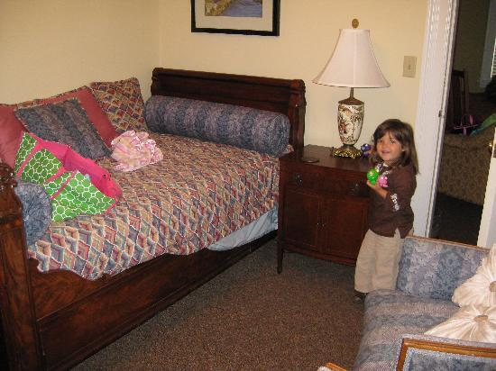 Bluff View Inn: sitting area/ child's bedroom